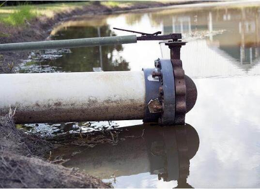 采用耐腐蚀凸轮转子泵抽吸含油废水。